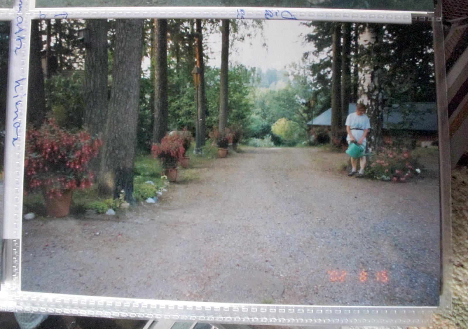 Vuonna 2002 elokuussa verenpisarat Markun ja Pirkon talon pihalla. Upeaa kukkaloistoa! Kuvassa myös Pirkko pitämässä huolta puutarhastaan. Vesi vanhin voitehista – niin kasveille kuin ihmisellekin.